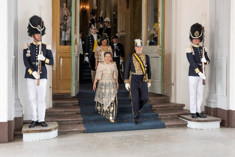 Ambassador Batoon-Garcia is escorted by Ambassador Bengt Lundborg out of the Royal Palace after her solemn audience with HM King Carl XVI Gustaf.