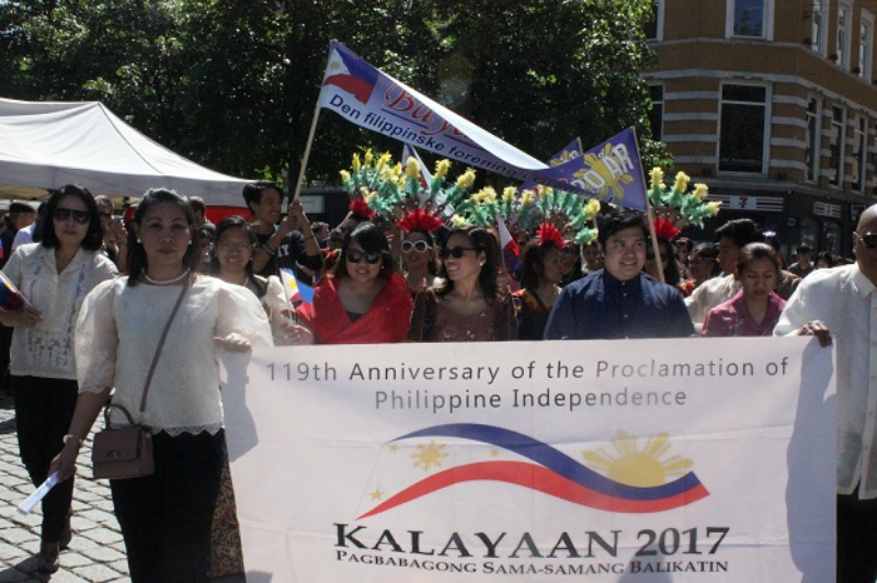 Philippine Embassy at Fiesta Filipino parade